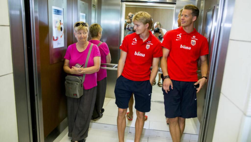 STJERNE: Landslagskeeper Ørjan Nyland har, i likhet med Martin Ødegaard, gjort så mye bra på fotballbanen at det i blant blir noen blikk både på gata og i heisen. Foto: Vegard Wivestad Grøtt / NTB scanpix