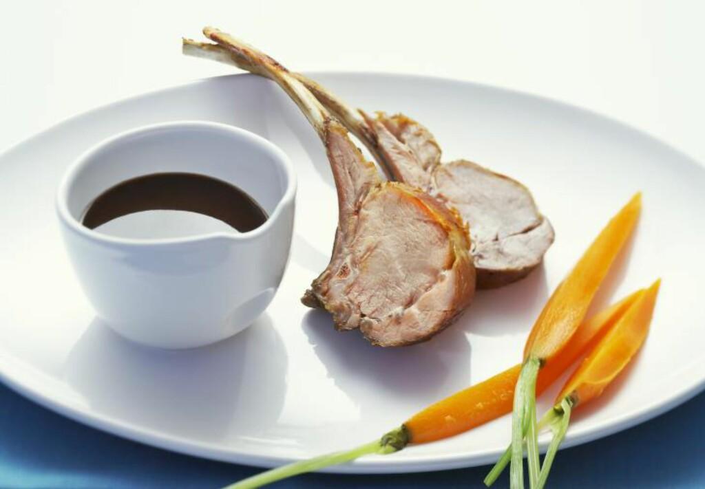 REDUSERT : Sil sausen og kok inn til du får en tykk og god, fløyelsmyk saus. Her med lammecarré og dampete gulrøtter. Illustrasjonsfoto: BON APPETIT / NTB SCANPIX