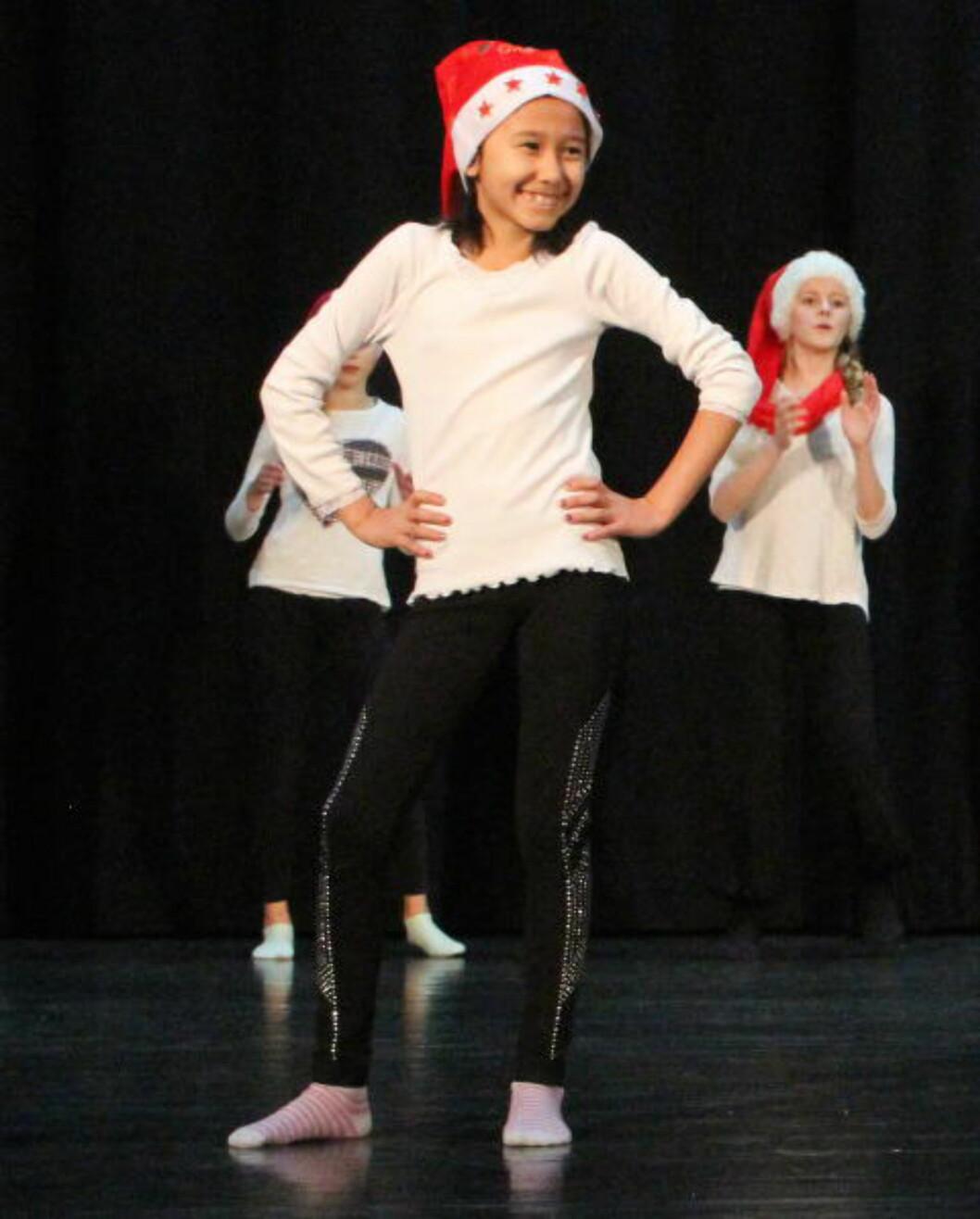 <strong>JULEAVSLUTNING:</strong> Farida deltar på avslutning for kulturskolens danseelever i jula 2014. På bildet danser også Silja Jøranli (t.h). Foto: Stine Jøranli
