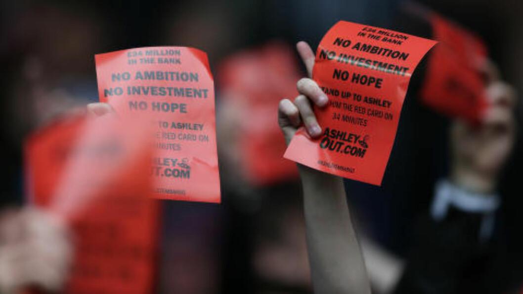 <strong>MISNØYDE:</strong> Supporterne viste sin misnøyde mot klubbeier Mike Ashley. Foto: Reuters / Alex Morton
