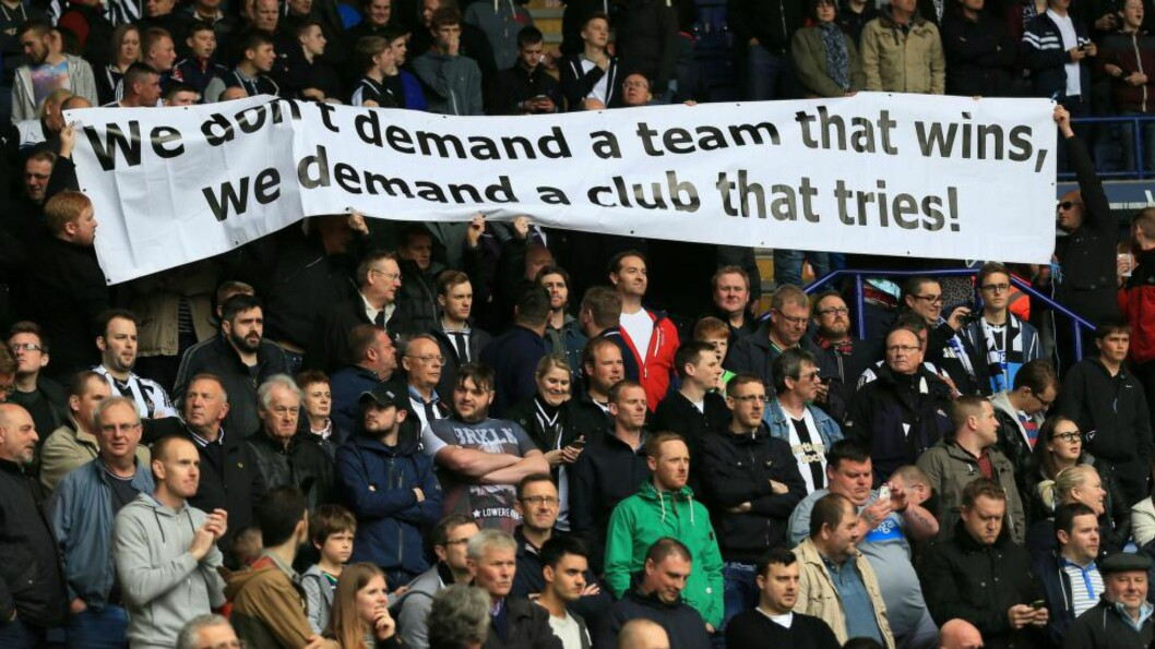 <strong>MISFORNØYDE:</strong> Newcastle-supporterne er ikke fornøyde etter at Newcastle i helga gikk på sitt åttende strake tap. Ifølge Daily Telegraph har det nå gått så langt at spillerne skal være livredde for å spille på egen hjemmestadion. Foto: Scanpix