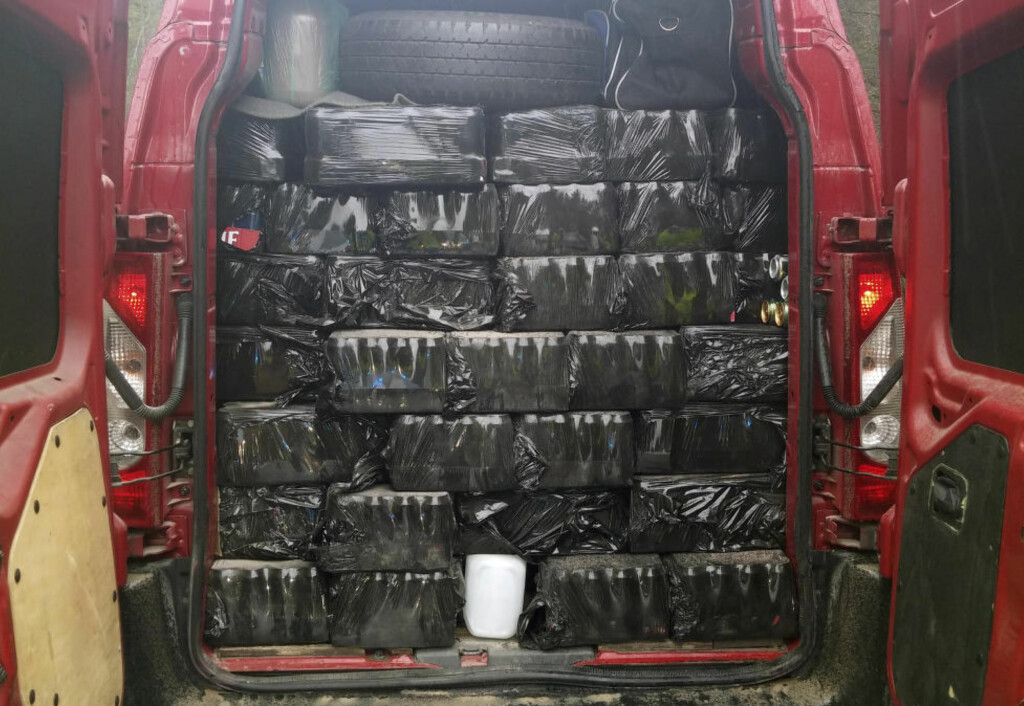 STORBESLAG: Dette er altså bilen, der de antatte smuglervarene var stablet til taket. Foto: Tollvesenet / NTB Scanpix