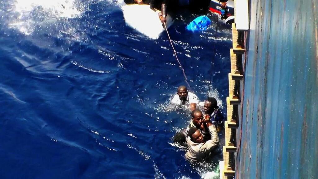 40 DRUKNET: Rundt 40 mennesker druknet på vei fra Nord-Afrika til Europa da båten de satt i, sank utenfor Sicilia, opplyste Redd Barna i går. De 40 skal ha vært om bord i en oppblåsbar båt sammen med 137 andre, melder nyhetsbyrået AFP. Her blir flyktninger reddet fra en båt utenfor Sicilia. Foto: AP / NTB Scanpix