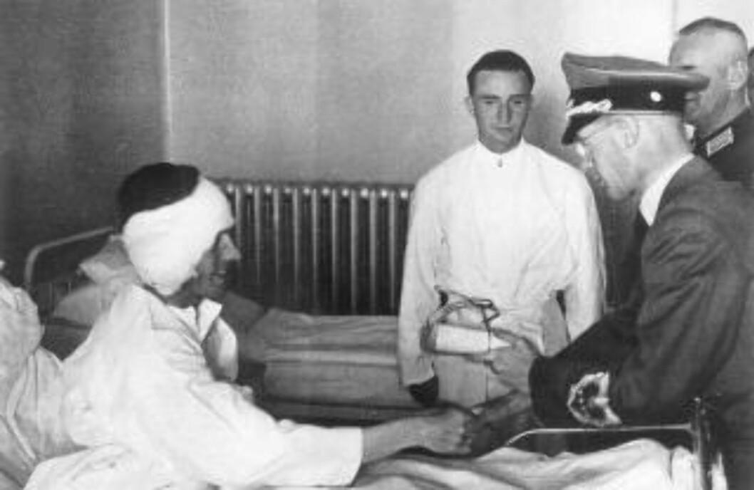 <strong>SOLDATBESØK:</strong> Josef Terboven besøkte skadde tyske soldater på et norsk militærsykehus og overrakte dem gaver. Foto: NTB Scanpix