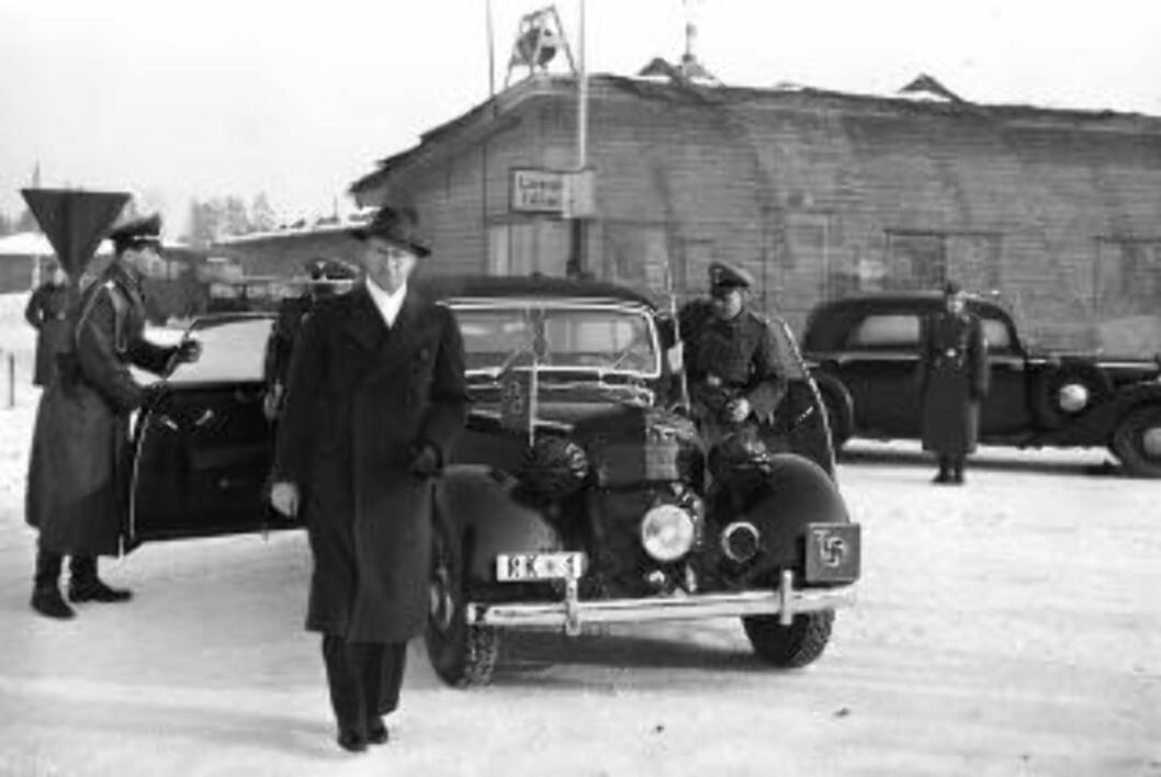 <strong>AVREISE:</strong> Rikskommisær Josef Terboven og ministerpresident Vidkun Quisling avbildet på Oslos flyplass Fornebu før avreise til Tysland i februar 1942. Foto: NTB Scanpix