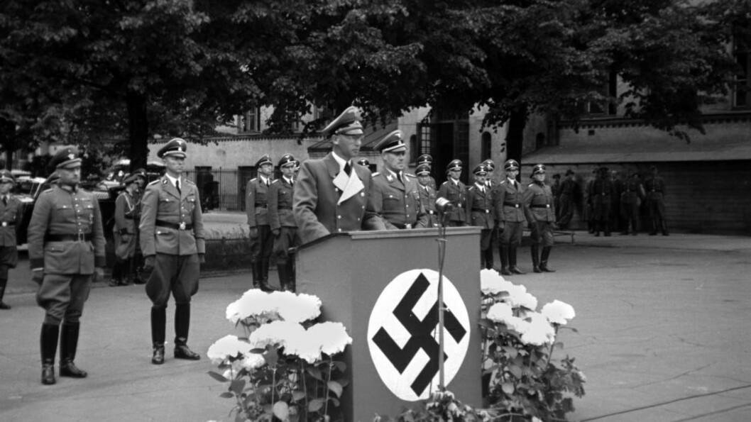 <strong>NAZISYMBOLIKK:</strong> Få uker etter at tyskerne invaderte Norge, ble Hitlers venn Josef Terboven sendt til Norge som rikskommisær. Han styrte landet med dikatoriske fullmakter i fem år, men var også kjent for sine ville fester på kronsprinsgården Skaugum - nazistenes høyborg i Norge. Her taler han i forbindelse med overrekkelsen av den militære utmerkelsen Jernkorset til to fra Det tyske sikkerhetspoliti på Majorstuen skole i Oslo, juni 1942.  Foto: NTB Scanpix