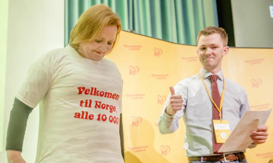 <strong>OVERRASKELSE:</strong> Under den første dagen på KrFs landsmøte ga KrFU-leder Emil André Erstad en t-skjorte i gave til KrFs nestleder Dagrun Eriksen. T-skjorten hadde påskriften «Velkommen til Norge, alle 10 000». Foto: Ned Alley / NTB scanpix