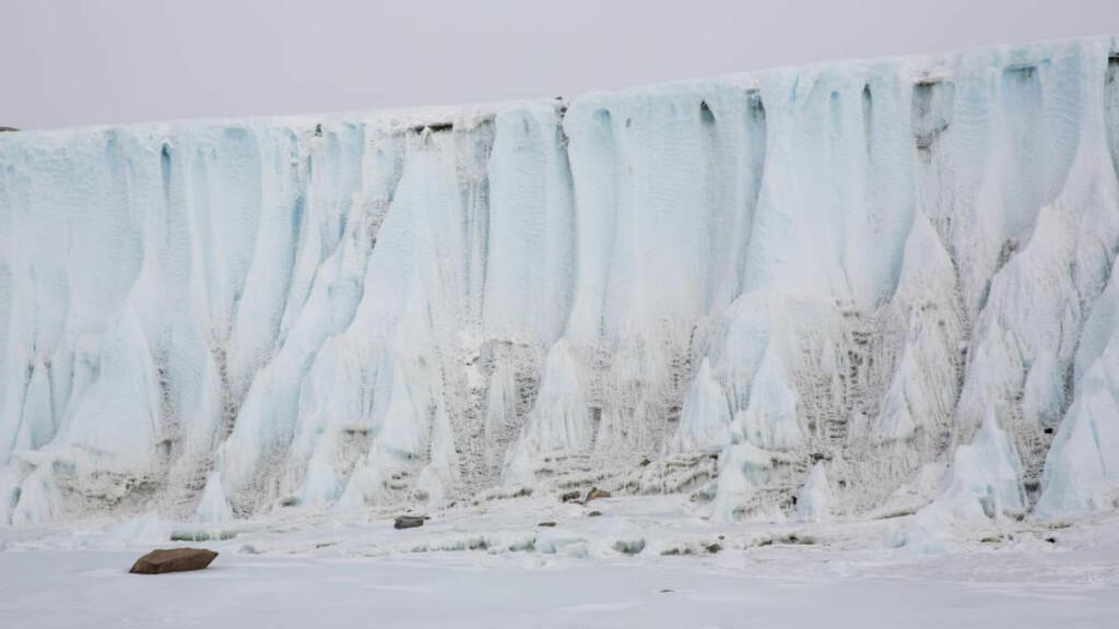 TRUEDE ISMASSER: En ny studie viser at isen i Antarktis smelter i et aksellererende tempo. Forskere tror havnivået kan bli hevet med flere titalls fot. Bildet viser området rundt Jutulsessen i Antarktis. Foto: Tore Meek / NTB scanpix