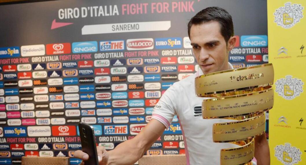<strong>FAVORITT:</strong> Men Alberto Contador advarer mot tøffe konkurrenter. Her tar han en selfie med troféet vinneren av Giro d'Italia får juble med. Foto: EPA/LUCA ZENNARO
