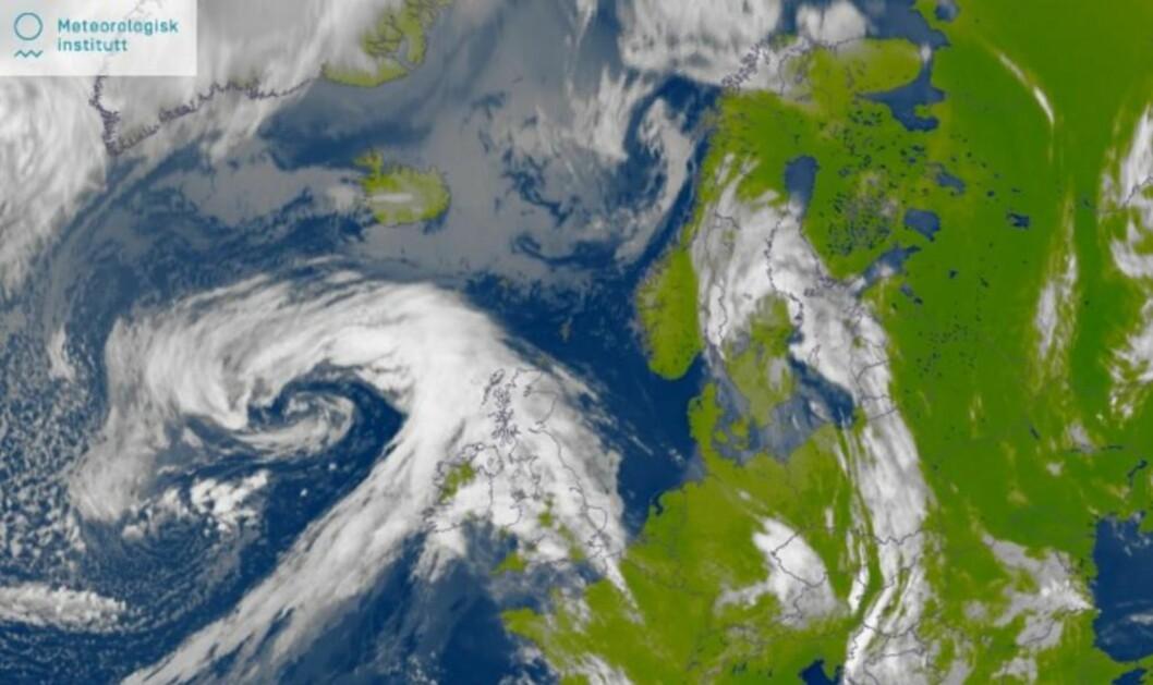 <strong>MIDT MELLOM TO LAVTRYKK:</strong>  Lavtrykket som har gitt oss regn nå i helga (og snø i høyden) er nå på vei inn over Sverige. Men et nytt lavtrykk er på vei inn fra Storbritannia, og vil treffe Sør-Norge på onsdag. Fram mot 17. mai er det ingen høytrykk i sikte. Foto: Meteorologisk institutt