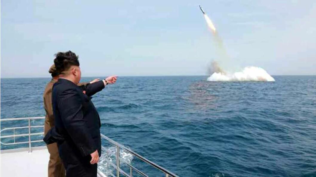 <strong>OPPSKYTING:</strong>  Bildet som er publisert av Nord-Koreas statlige nyhetsbyrå viser Kim Jong-un overvære oppskytingen. Foto: EPA/KCNA SOUTH KOREA