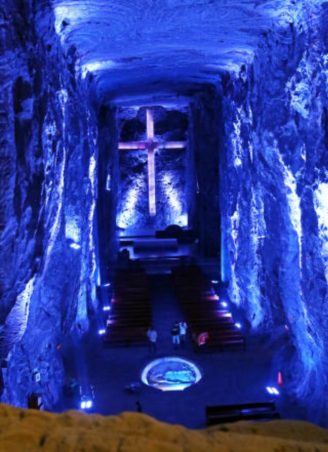 <strong>ENORM:</strong> Dette korset, som er hogd ut i saltsteinsfjellet, er verdens største i en underjordisk katedral. Foto: EIVIND PEDERSEN