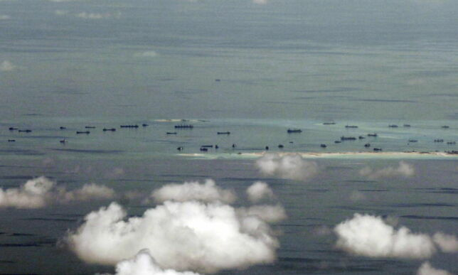 image: Her bygger Kina flystripe på omstridt kunstig øy. USA vurderer å sende krigsskip