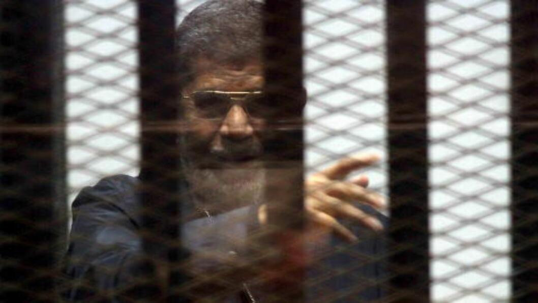 <strong>DØMT TIL DØDEN:</strong> Egypts tidligere preisdent, Mohamed Mursi, er dømt til døden av egyptisk domstol. Her er den tidligere presidenten avbildet i fengsel, i påvente av rettsaken. Foto: REUTERS/Al Youm Al Saabi