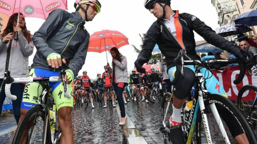 <strong>SPARTE IDOLET:</strong> Fabio Aru (høyre) klarte ikke knekke Alberto Contador på lørdagens fjelletappe. Italieneren er fortsatt på andreplass sammenlagt, fire sekunder bak sin barndomshelt Contador. (EPA).