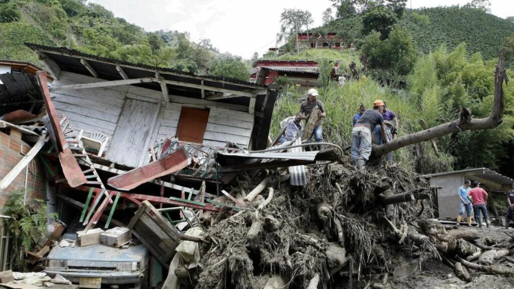REDNINGSARBEID: Redningsarbeidet i Salgar i Colombia pågår fortsatt i natt etter et stort jordskred som foreløpig har kostet  61 menneskeliv. Foto: EPA/LUIS EDUARDO NORIEGA