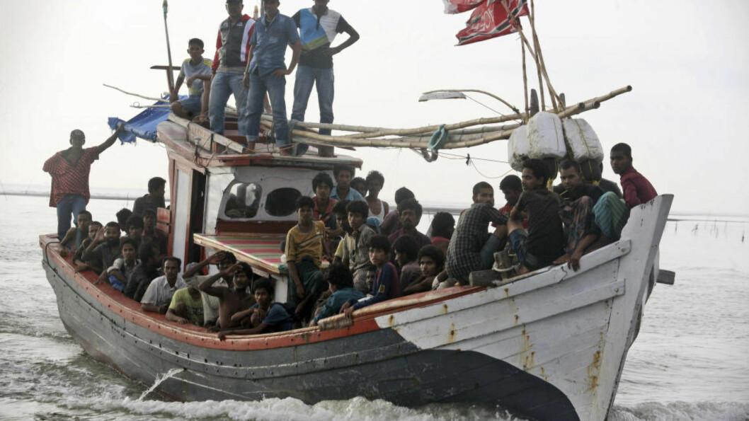 <strong> REDDET:</strong>  En lokal fiskebåt på vei inn til havn i  Simpang Tiga i Aceh-provinsen onsdag med båtflyktninger som er tatt opp fra sjøen. Foto: Binsar Bakkara, AP/NTB Scanpix.