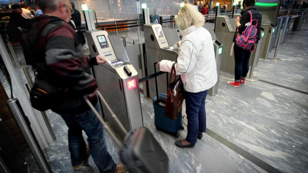SELVBETJENING I SIKKERHETSKONTROLLEN: Oslo lufthavn har fått selvbetjente billettskranker ved sikkerhetskontrollen - og flere kommer. Målet er å få folk raskere gjennom. Foto: OLE PETTER BAUGERØD STOKKE