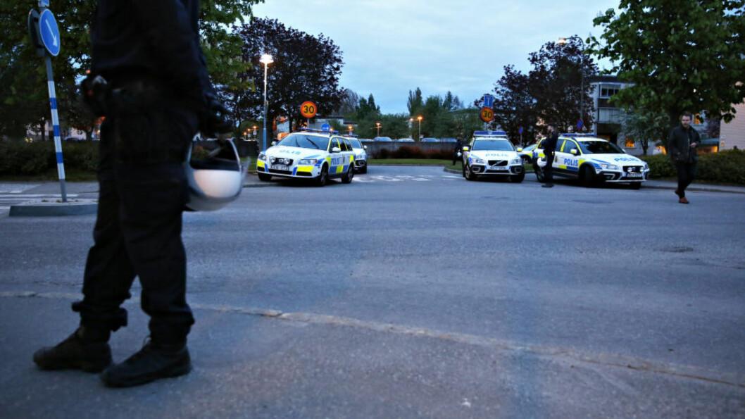 <strong>STORE POLITISTYRKER:</strong> En rekke patruljer fra Stockholms-politiet deltar i aksjonen i Tensta. Foto: Lisa Mattisson / Expressen