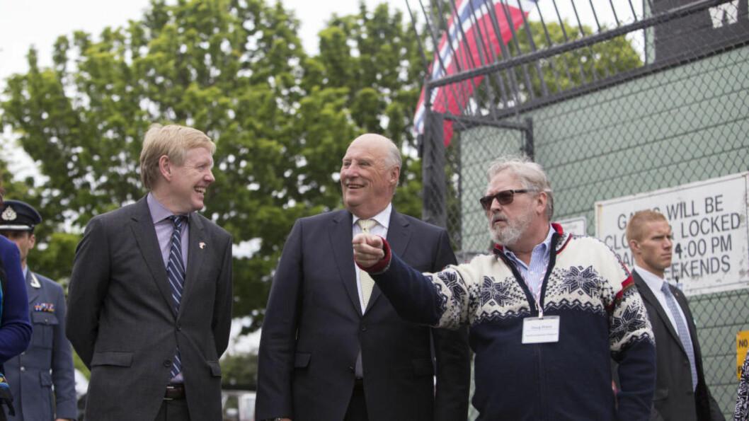 <strong> TILBAKE I NORSKE SEATTLE:</strong>  Kong Harald besøker Pacific Fishermen Shipyard og blir vist rundt av av direktør Doug Dixon, (i lusekofte). Til venstre Norges ambassadør til USA, Kåre Aas.Foto: Ron Wurzer, AP / NTB Scanpix.