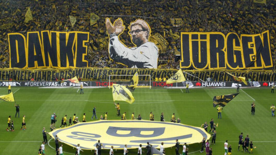 <strong>FLOTT HYLLEST:</strong> Slik viste fansen sin takknemlighet til Jürgen Klopp da han takket for seg i ettermiddag. Foto: REUTERS / Ina Fassbender / NTB Scanpix