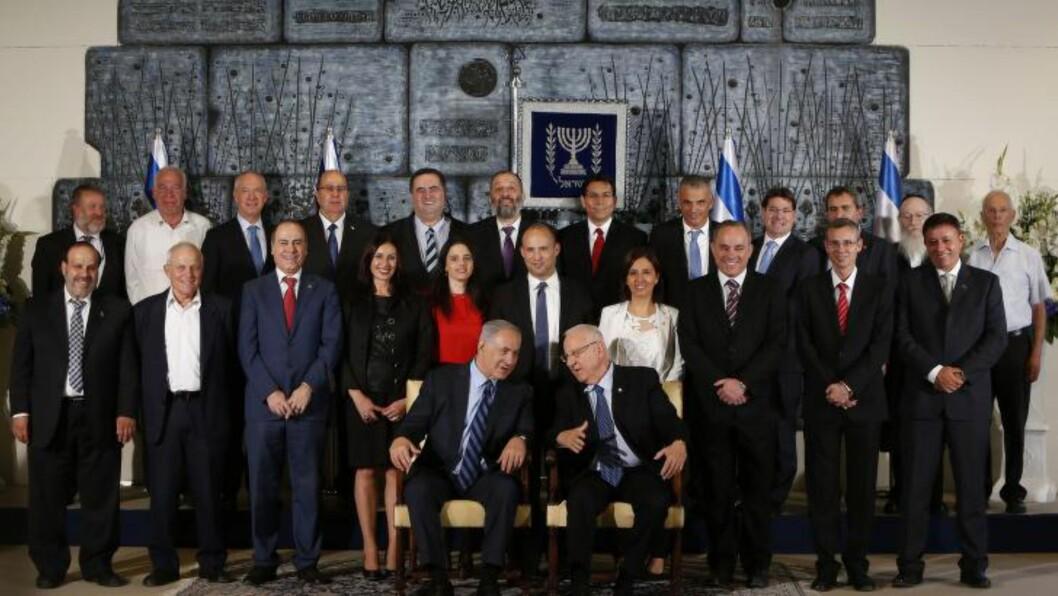 <strong>ORGINALEN:</strong>  Medlemmene for den 34. israelske regjeringen møttes denne måneden. Her er den uredigerte versjonen av bildet, der de tre kvinnelige ministerene befinner seg midt i bildet. AFP PHOTO/GALI TIBBON