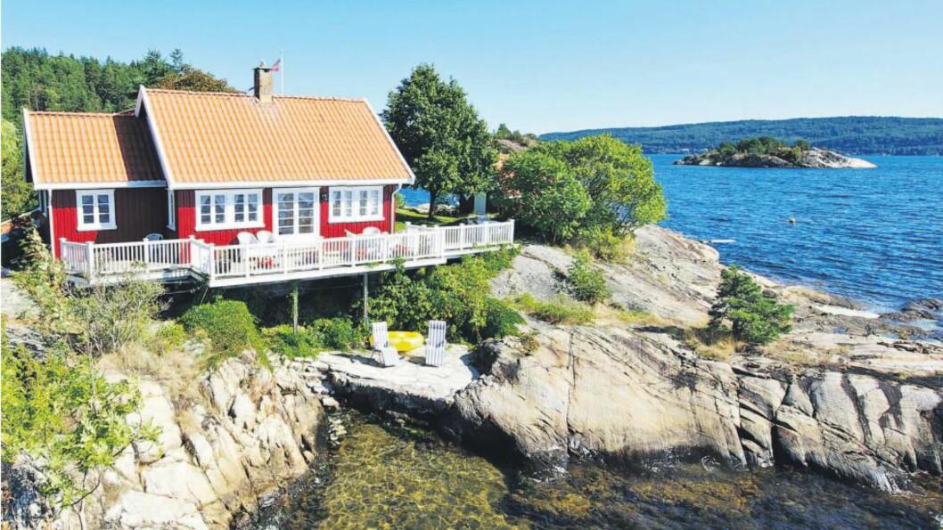 HYTTE: Denne eiendommen rett ved Kragerø sentrum gikk for mer enn prisantydningen på 13,5 millioner kroner. I alt tre hus står på tomten, som omfatter 2,27 mål. Foto: Advokatfirmaet Midgaard & Opthun