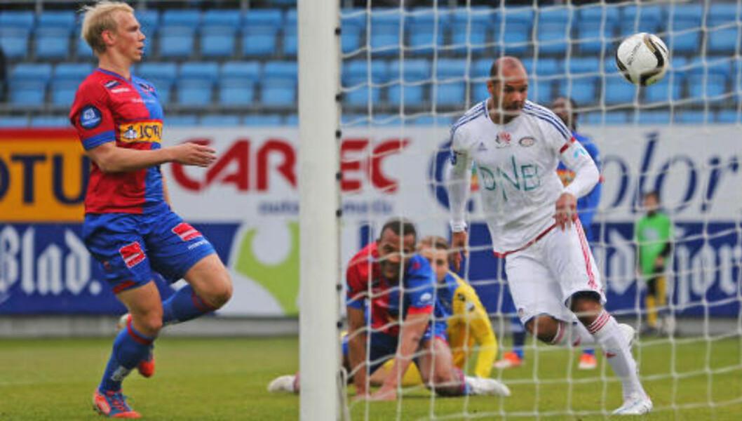 <strong>SCORET:</strong> Braaten lobbet ballen over Sandefjord-keeper Jakob Busk før han headet inn 1-0 i første omgang.  Foto: Trond Reidar Teigen / NTB scanpix