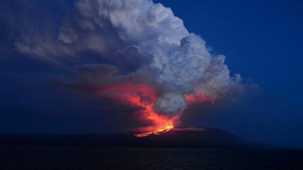 VULKANUTBRUDD: Vulkanen Wolf på Galápagosøya Isabela Island har i dag hatt et stort utbrudd. Øya var viktig for naturforsker Charles Darwin da han kom fram til sin kjente evolusjonsteori. Foto: Diego Paredes/AFP/Scanpi