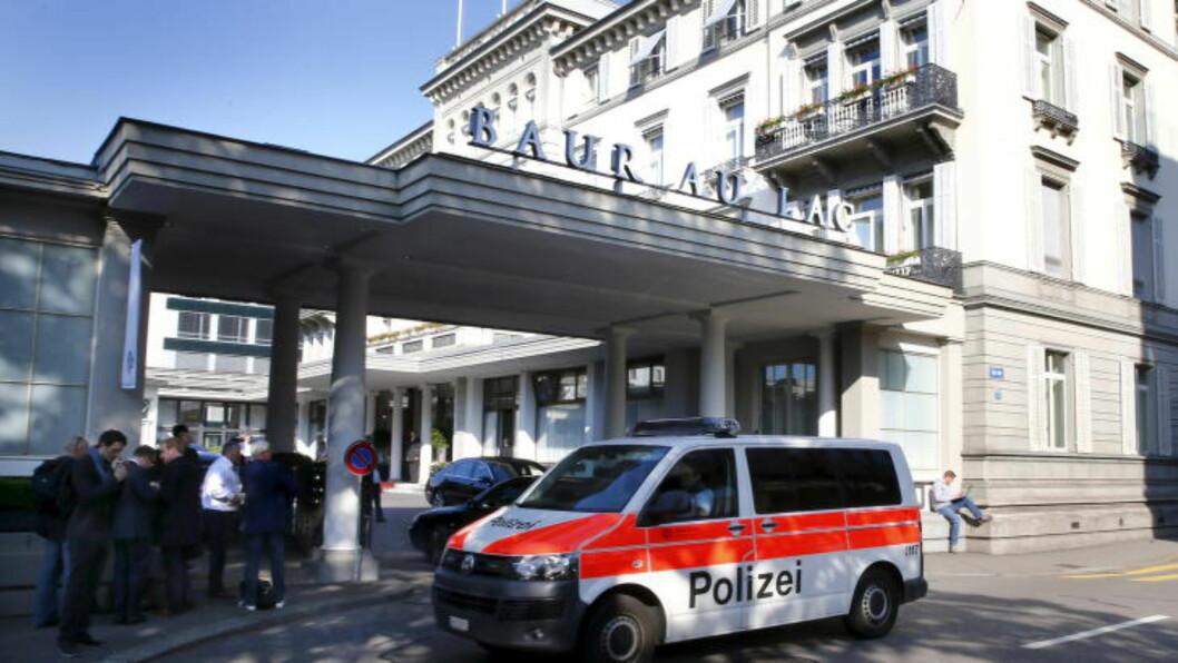 <strong>SLO TIL:</strong> Sveitsisk politi aksjonerte mot hotellet Baur au Lac klokken seks i dag tidlig. ikke lenge etter begynte pressen å samle seg utenfor. Foto: Scanpix
