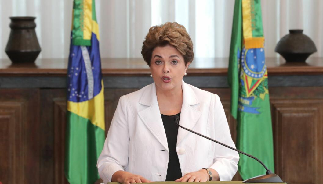<strong>NYVALG:</strong> President Dilma Rousseff leser et brev som hun har skrevet til folket og Senatet hvor hun foreslår folkeavstemning om å holde nyvalg for å unngå å bli avsatt i riksrett av Senatet. Hun måtte utsette sin opptreden i Alvorada-palasset tirsdag kveld til hennes kvinnelige landslag i fotball var ferdige med sin kamp. Brasil tapte kampen, og Dilma ser ut til å tape sin kamp. &nbsp;Foto: AP / NTB Scanpix / Eraldo Peres