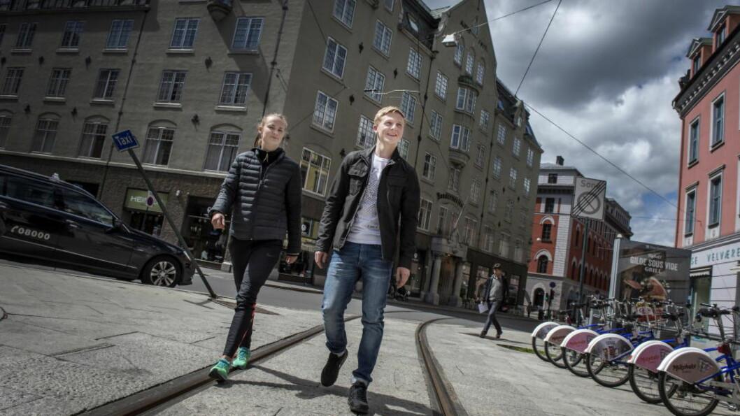 SKADEPLAGET: Caroline Graham Hansen og Mats Møller Dæhli skulle helst vært ute i verden og spilt fotball. I stedet er begge plaget med knærne, og trener seg opp i Oslo. Foto: Øistein Norum Monsen