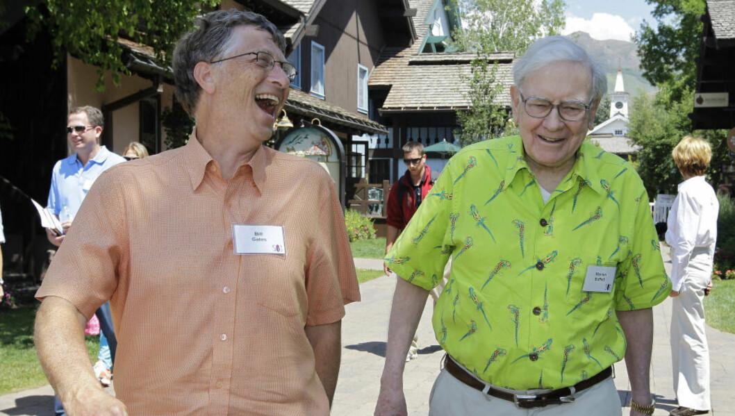 <strong>LER HELE VEIEN TIL FILANTROPBANKEN:</strong> Bill Gates og Warren Buffett har fått nye milliardærer til å signere et høytidelig løfte. Foto: AP Photo / Paul Sakuma