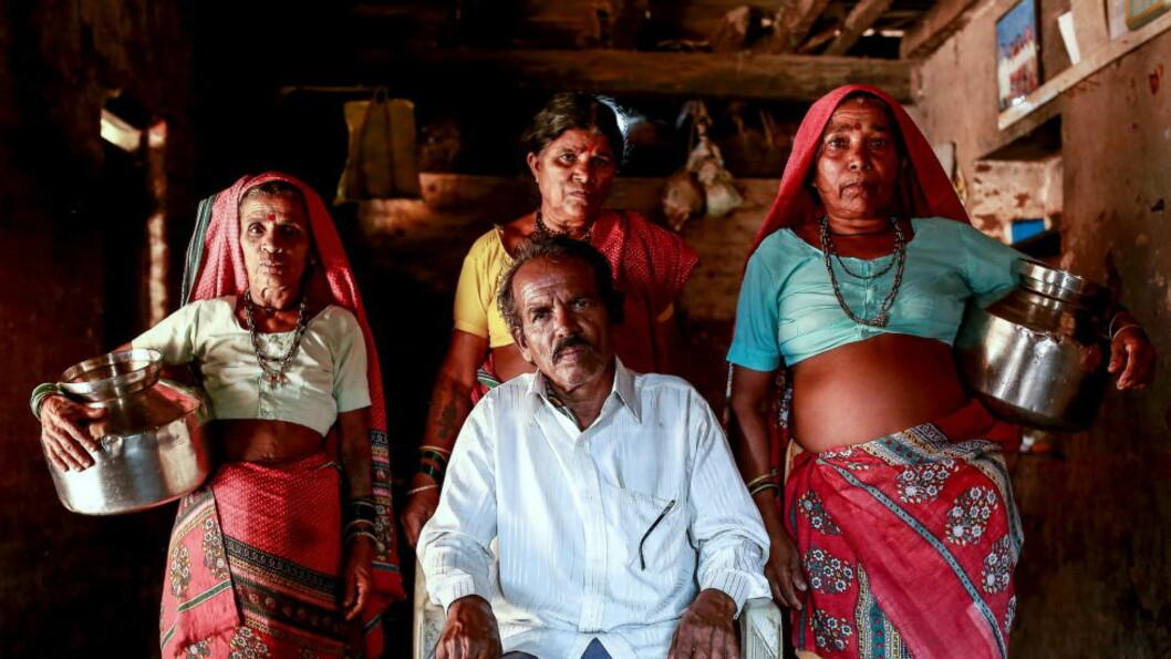 <strong>«VANNKONER:</strong> - Jeg måtte ha noen til å hente vann til oss, og å gifte meg igjen var den eneste muligheten, sier Sakharam Bhagat (66). Her er han med sine tre koner Sakhri, Tuki og Bhaagi (venstre mot høyre) i familiens hus i Denganmal i India. Foto: Danish Siddiqui / Reuters / NTB Scanpix