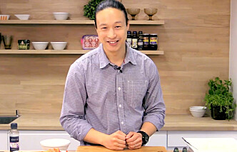 SKYLLER ALLTID: Wilson Chung er kokk og sushikursholder. Før han koker ris til kursene sine skyller han den alltid godt for å få den beste kvaliteten på risen. Foto: THOMAS R. SKAUG