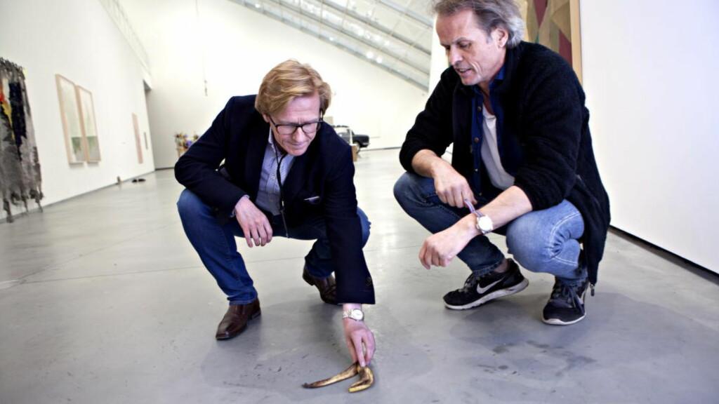 Banankunst: Erling Kagge stiller ut kunstsamlinga si på Astrup Fearnley. Her med museumsdirektør Gunnar B. Kvaran og bananskall. Foto: Anders Grønneberg