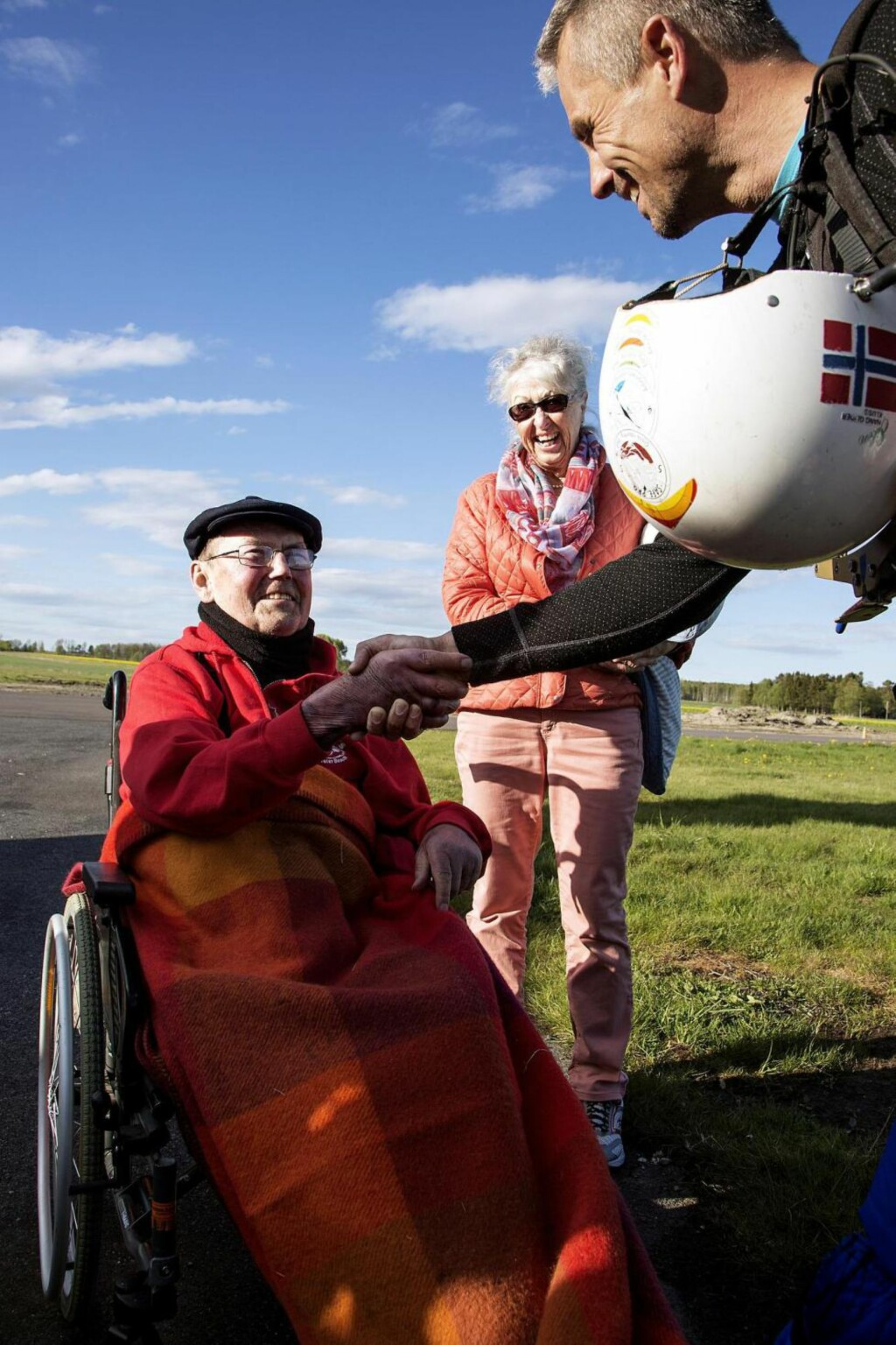 BAKKEKONTAKT: En spent Jan Tjemsland og kona Laila Tjemsland hilser på tandempilot Reidar Berntsen som skal ta med 77-åringen på hans første hangglidertur. Foto: LARS MYHREN HOLAND