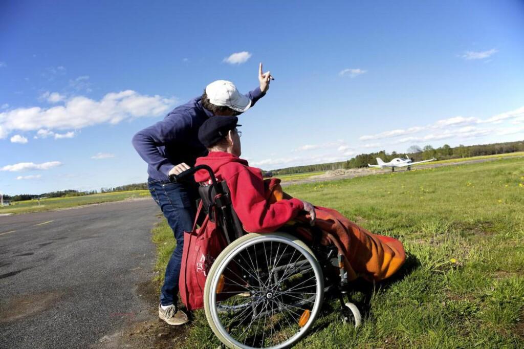 VÅGESTYKKE: Far og sønn vurderer helserisikoen ved å fly hanggliding. Orker Jan? Foto: LARS MYHREN HOLAND
