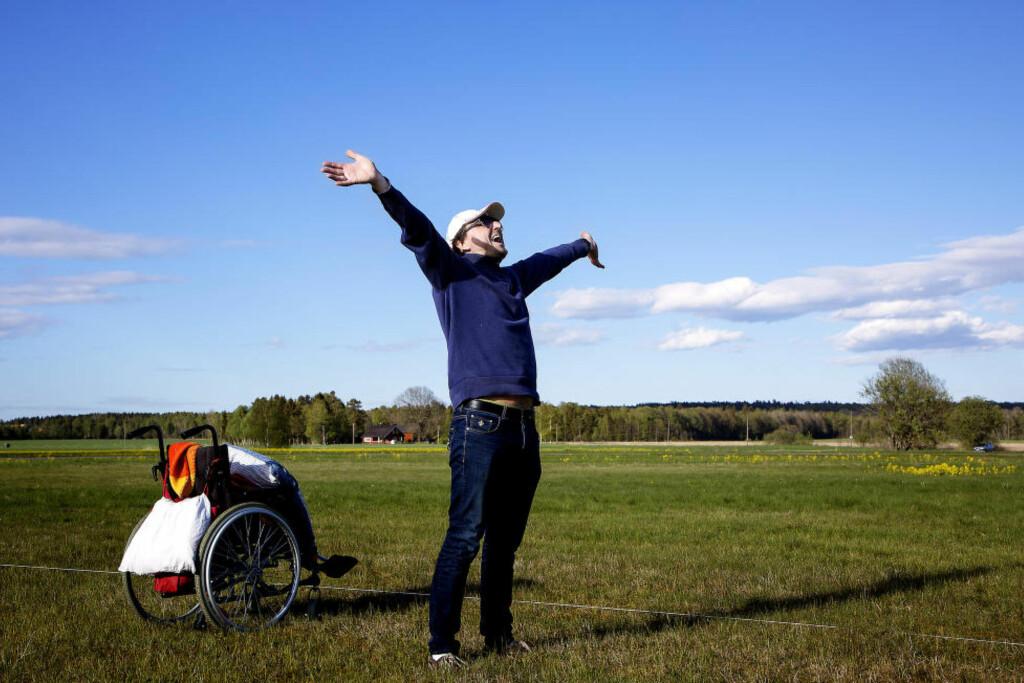 DRØMMEFANGEREN: Trond Tjemsland ville at farens drømmer skulle realiseres. Før det ble for sent. Nå jubler han for den tredje store opplevelsen på under ett år - for faren sin. Foto: LARS MYHREN HOLAND