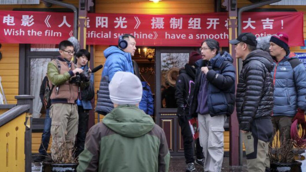 <strong>I gang:</strong>Produsent Teng Huatao(I midten) er et av flere store navn som skal sanke seere i Kina. Her utenfor Dalen hotell. Foto: Joachim Lyng.