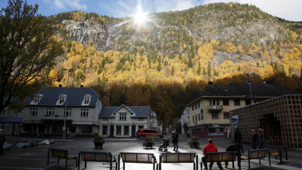 <strong>POPULÆRT:</strong> Kinesisk TV var der når solspeilet ble avduket på Rjukan. Nå er det film det er snakk om under det kunstige lyset på Rjukan torg. Foto: Erik Johansen / NTB scanpix