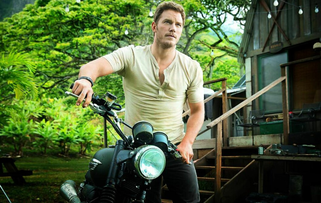 VAR FATTIG:  Chris Pratt har kommet langt fra oppveksten i en fattig familie i avsidesliggende Minnesota. Nå håver han inn millioner på sine filmroller, slik som her, i norgesaktuelle «Jurassic World» . Foto: NTB Scanpix