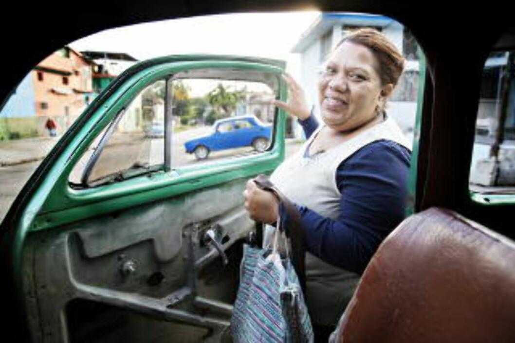 <strong>SJEKK DØRA:</strong> Slå døra hardt igjen, formaner sjåfør Josué Bertran når kunden forlater bilen. Som regel er det omvendt, dørene må IKKE slamres hardt igjen. Foto: NINA HANSEN