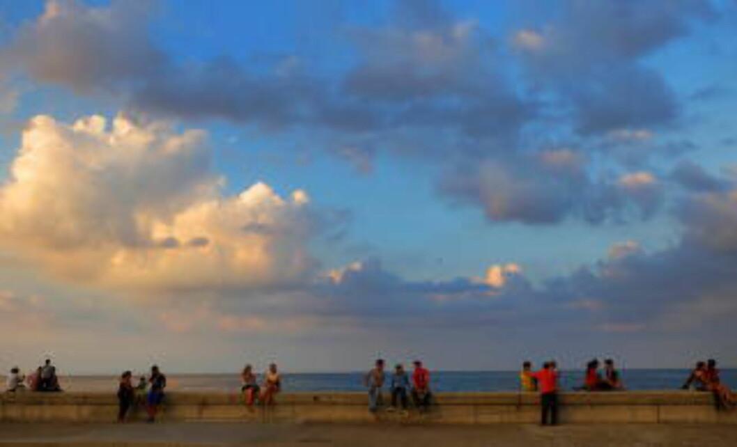 <strong>DRØMMER:</strong> Malecón er en strandpromenade for romantikk, vennskap og drømmer. På andre siden av havet ligger USA. Langs Malecon er det også fint å ta en joggetur. Foto: HANS ARNE VEDLOG