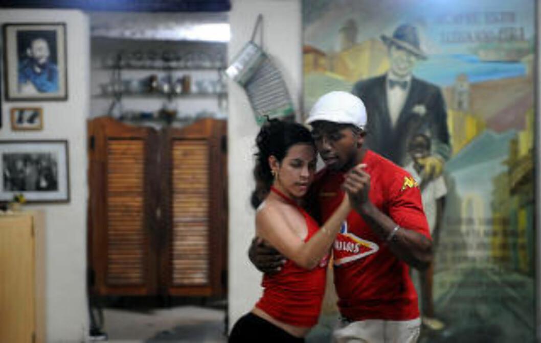 <strong>SALSAPARADIS:</strong> Salsa eller andre latinamerikanske rytmer strømmer ut fra både barer og spisesteder. Foto: RODRIGO ARANGUA / AFP PHOTO / NTB SCANPIX
