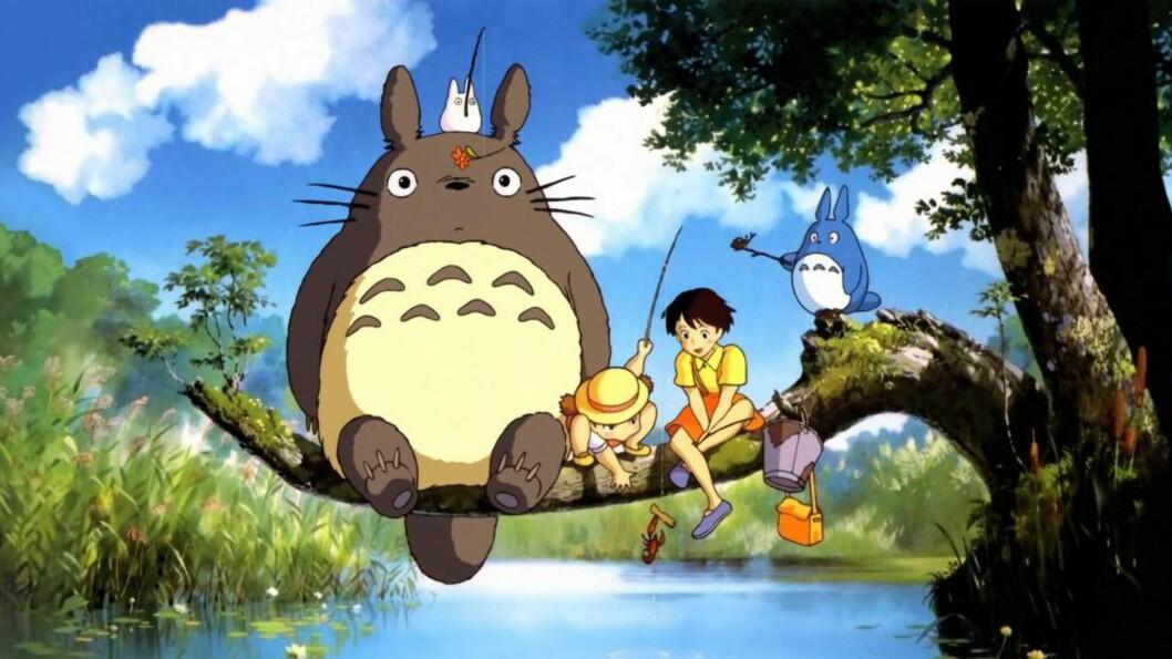 TROLL: Totoro er en japanifisering av ordet «troll». Her ses han i selskap med Mei, Satsuki og et par artsfrender. Foto: Studio Ghibli