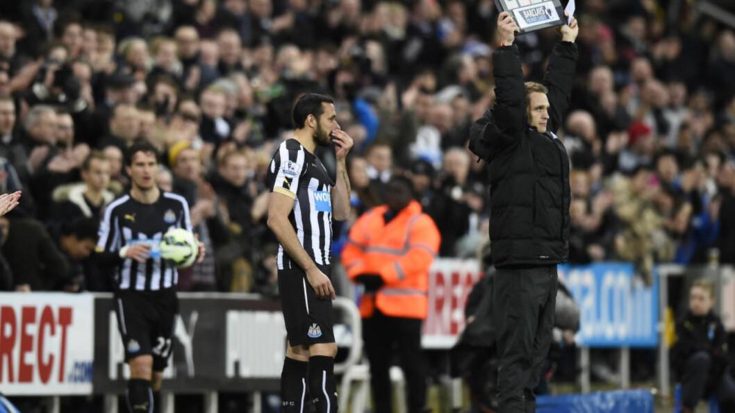 <strong>BYTTET INN:</strong> Newcastles Jonas Gutierrez ble erklært frisk etter kreften i høst. I går fikk han sine første minutter på banen siden han ble rammet av sykdommen - til stående applaus fra hjemmepublikummet. Foto: Reuters / Dylan Martinez