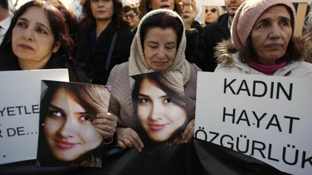 STORE DEMONSTRASJONER: For et par,tre uker siden ble unge Özgekcan Aslan (20) drept da hun motsatte seg voldtekt, så brent og dumpet i en elv. Etter dette protesterte titusenvis av kvinner som gikk ut i gatene i hele Tyrkia mot drapet på Aslan. Foto: REUTERS / NTB SCANPIX