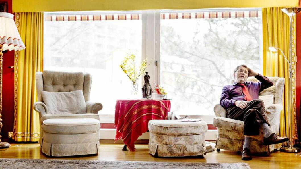 <strong>I GODSTOLEN:</strong> Gunnar Stålsett flyttet inn i huset på Røa i Oslo i 1977. Statuen av feminist, menneskerettighetsforkjemper og presidentfrue Eleanor Roosevelt er en gave fra barnebarnet hennes. Foto: ANITA ARNTZEN
