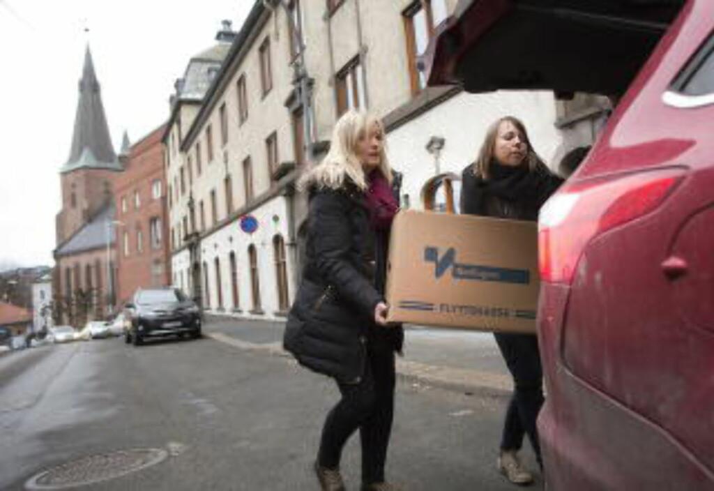 RAZZIA: Politiet bærer ut beslaglagt materiale fra lokalene til Oslo katolske bispedømme. Foto: Tomm W. Christiansen / Dagbladet
